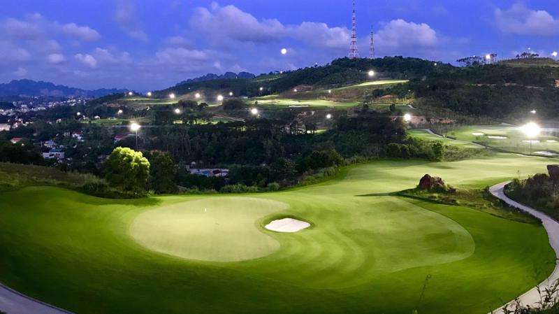Sân golf FLC Hạ Long Golf Clublung linh về đêm.