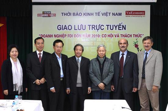 Lãnh đạo Thời báo Kinh tế Việt Nam và các diễn giả có mặt tại chương trình giao lưu.