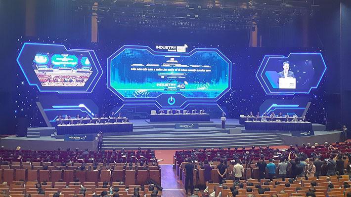 Bộ trưởng Bộ Thông tin và Truyền thông Nguyễn Mạnh Hùng phát biểu tham luận tại Phiên toàn thể Diễn đàn cao cấp về công nghiệp 4.0 diễn ra sáng 3/10 do Ban Kinh tế Trung ương tổ chức.
