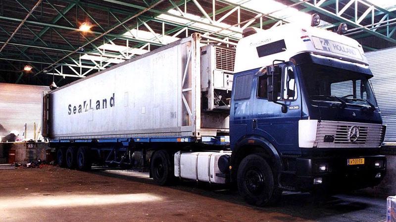 Chiếc xe tải chở cà chua cùng 60 người di cư trái phép tại cảng Dover vào năm 2000 - Ảnh: AP.