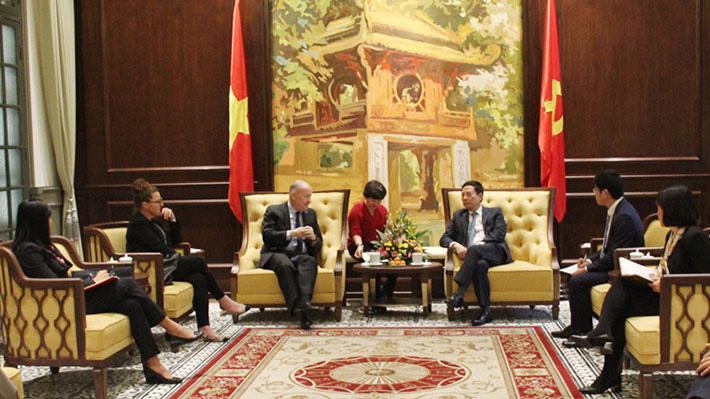 Bộ trưởng Nguyễn Mạnh Hùng tiếp ông Rory Sexton, Phó Chủ tịch phụ trách chuỗi cung ứng của Apple chiều ngày 4/12 tại Hà Nội.