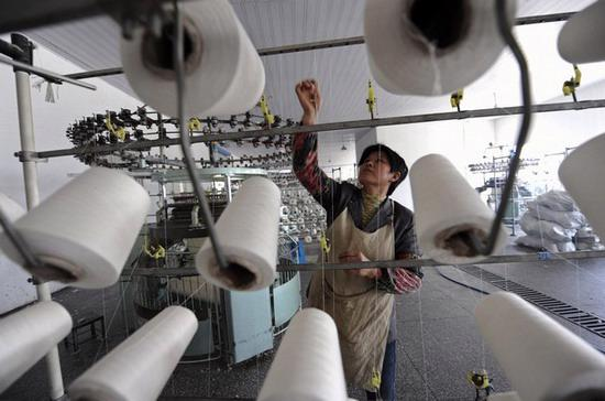 Việc tăng lương công nhân sẽ thúc đẩy mức tiêu dùng nội địa - Ảnh: Reuters.