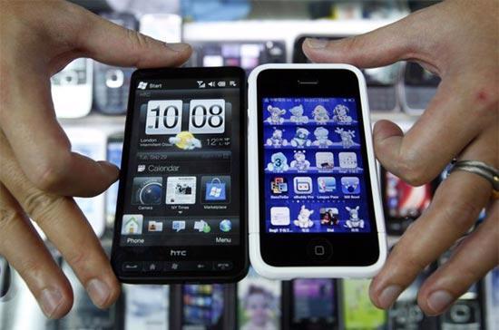Một mẫu smartphone của HTC (trái) và chiếc điện thoại đình đám iPhone của Apple - Ảnh: Reuters.
