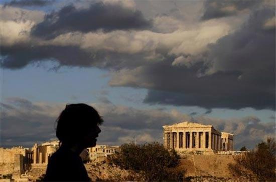 Một khách du lịch phía trước ngôi đền cổ Parthenon tại Athens, thủ đô Hy Lạp. Trong cả năm 2010, nước này cần tới 54 tỷ Euro để trả nợ - Ảnh: AP.