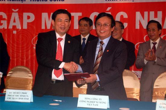 Chủ tịch UBND tỉnh Nghệ An, ông Hồ Đức Phớc (bên trái), ký thỏa thuận đầu tư với nhà đầu tư.