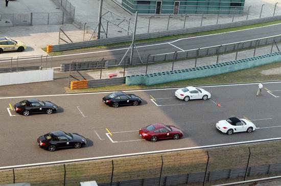 Các dòng xe Porsche đang ở vạch xuất phát để chuẩn bị màn thử tốc độ - Ảnh: Bobi.