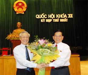 Chủ tịch Quốc hội Nguyễn Phú Trọng chúc mừng Chủ tịch nước Nguyễn Minh Triết - Ảnh: TNO