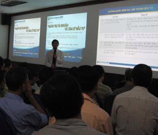 Ông Vũ Trần Vĩnh Thụy đang trao đổi với nhà đầu tư trong buổi hội tại công ty chứng khoán Sacombank.