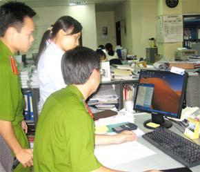 Đoàn thanh tra làm việc tại một công ty sử dụng phần mềm không hợp pháp.
