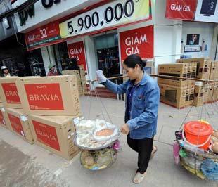 Gói kích cầu được kỳ vọng sẽ giúp nền kinh tế Việt Nam nhanh chóng thoát ra những biểu hiện suy giảm - Ảnh: AFP.