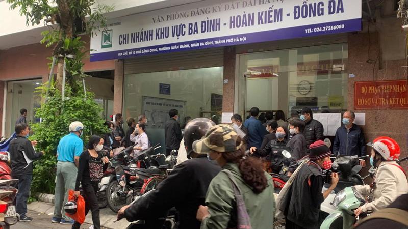 """Người dân thủ đô Hà Nội """"ùn ùn"""" đi trả nợ tiền sử dụng đất trước ngày 1/3."""