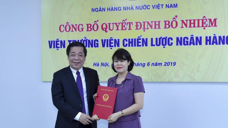 Phó Thống đốc Nguyễn Kim Anh trao quyết định cho bà Nguyễn Thị Hòa.