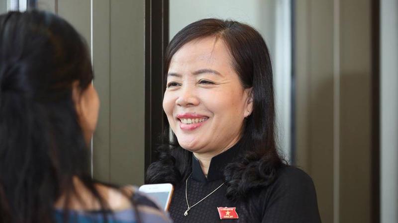 Đại biểu Nguyễn Thị Kim Thuý trả lời báo chí bên hành lang Quốc hội.