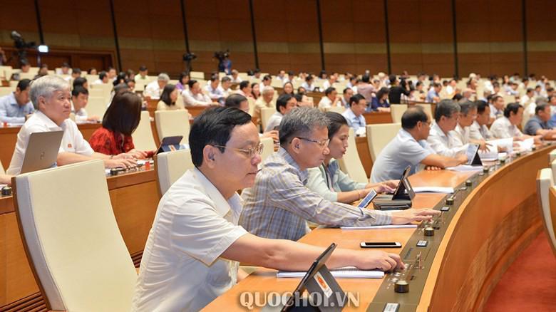 Đại biểu Quốc hội bấm nút biểu quyết Luật Đầu tư công (sửa đổi).