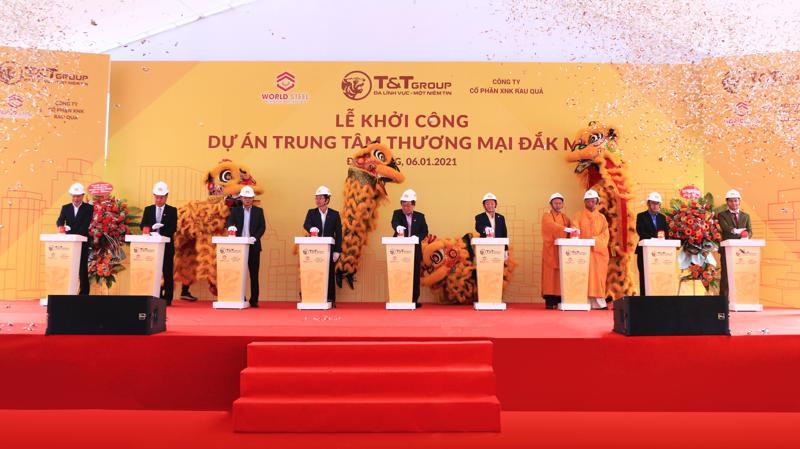 Ông Đỗ Quang Hiển chủ tịch tập đoàn T&T Group cùng các vị đại biểu và Ông Nguyễn Khánh Lâm chủ tịch WorldSteel Group ngoài cùng bên phải bấm nút khởi công dự án.