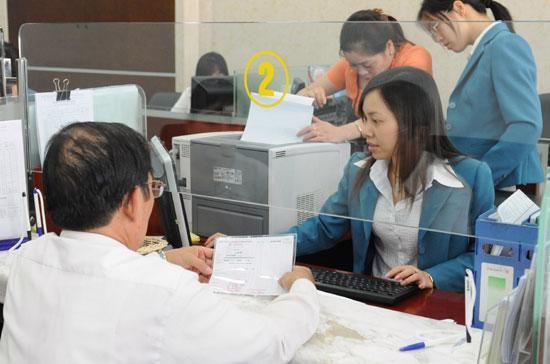 Tại một số ngân hàng thương mại, lãi suất huy động VND đã thống nhất cùng một mức ở các kỳ hạn từ 1 - 5 tháng, hoặc từ 12 - 36 tháng - Ảnh: Quang Liên.