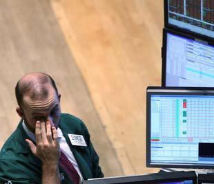 Hàng loạt tin xấu ập tới và những dồn tích của các vụ phá sản, sáp nhập liên quan đến các tập đoàn khối tài chính khiến Phố Wall chao đảo mạnh ngày thứ hai trong tuần - Ảnh: Reuters.
