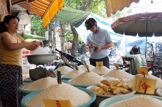 Chỉ số giá tiêu dùng những tháng đầu năm tăng cao đặt ra những thách thức rất lớn cho việc thực hiện mục tiêu CPI tăng không quá 7% trong năm 2010 - Ảnh:Việt Tuấn.