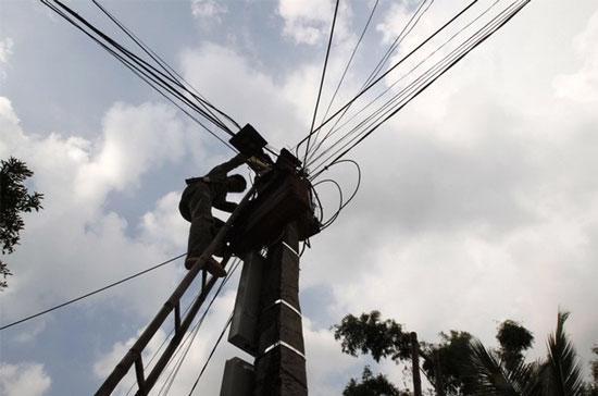Một trong những nguyên nhân khiến các dự án điện chậm tiến độ là do năng lực nhà thầu - Ảnh: Reuters.