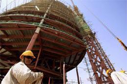 Một kỹ sư Trung Quốc phía trước một công trình xây dựng tại Khartoum, thủ đô Sudan - Ảnh: Reuters.