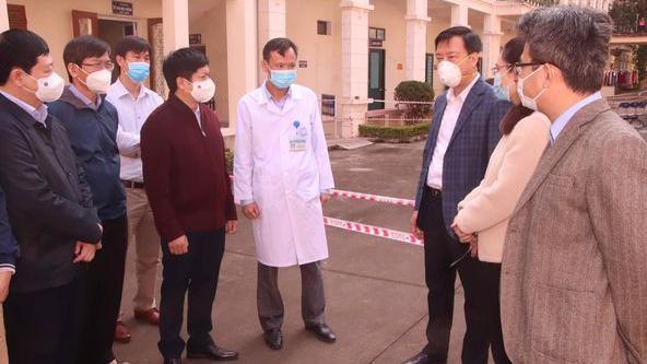 Đoàn chuyên gia Bộ Y tế khảo sát nâng công suất Bệnh viện Dã chiến số 1 Hải Dương. Ảnh - Huy Hoàng.