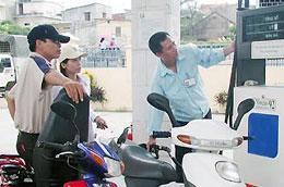 Bộ Tài chính yêu cầu doanh nghiệp cần điều chỉnh giảm giá bán kịp thời khi giá xăng, dầu trên thị trường thế giới giảm.