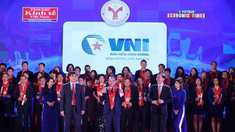 """Cùng với 100 doanh nghiệp khác, Bảo hiểm Hàng không được trao danh hiệu """"Thương hiệu mạnh Việt Nam 2017"""" dựa trên các tiêu chí như chất lượng sản phẩm, dịch vụ được người tiêu dùng ưa chuộng."""