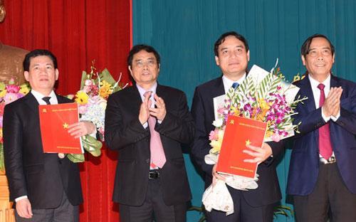 Ông Nguyễn Đắc Vinh (thứ hai bên phải sang) nhận quyết định của Bộ Chính trị điều động giữ chức Bí thư Tỉnh uỷ Nghệ An.<br>