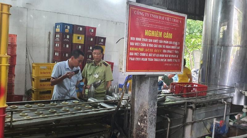 Công ty Đại Việt Châu Á đã có hành vi thu gom vỏ bom bia, keg bia của thương nhân khác rồi tiến hành tẩy xoá. Ảnh: Ban Chỉ đạo 389