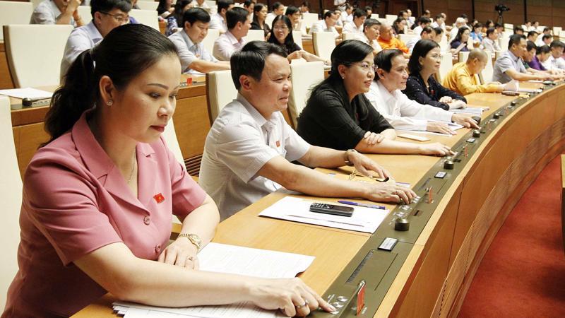 100% các vị đại biểu có mặt đã tán thành nghị quyết về chất vấn tại kỳ họp thứ 5