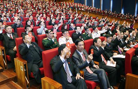 Đại biểu biểu quyết tại Đại hội Đảng lần thứ12.