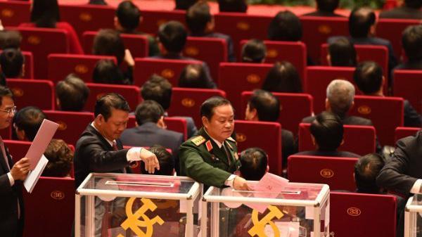Các đại biểu bỏ phiếu bầu cử Ban Chấp hành Trung ương Đảng khoá XIII