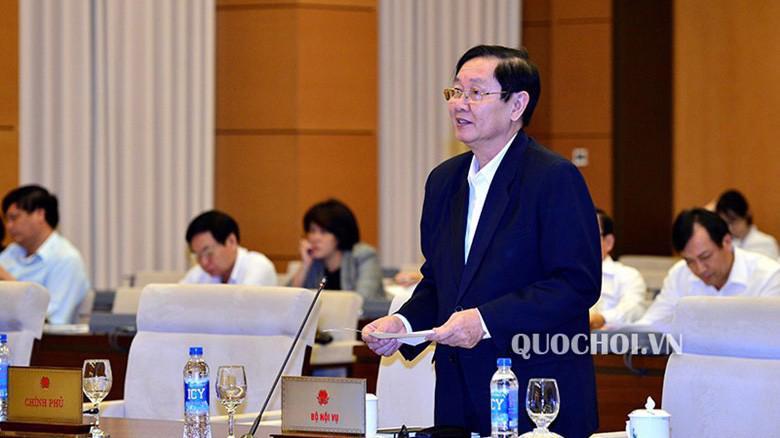 Bộ trưởng Bộ Nội vụ Lê Vĩnh Tân trình bày tờ trình.