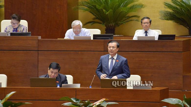 Bộ trưởng Bộ Tài chính Đinh Tiến Dũng phát biểu tại nghị trường.