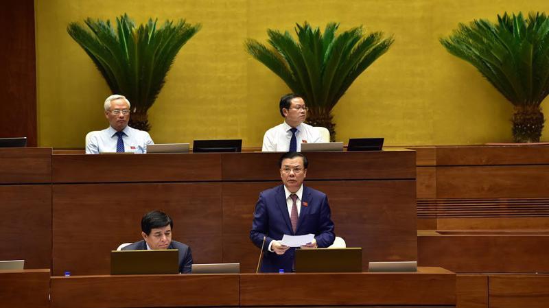 Bộ trưởng Bộ Tài chính Đinh Tiến Dũng giải trình trước Quốc hội.