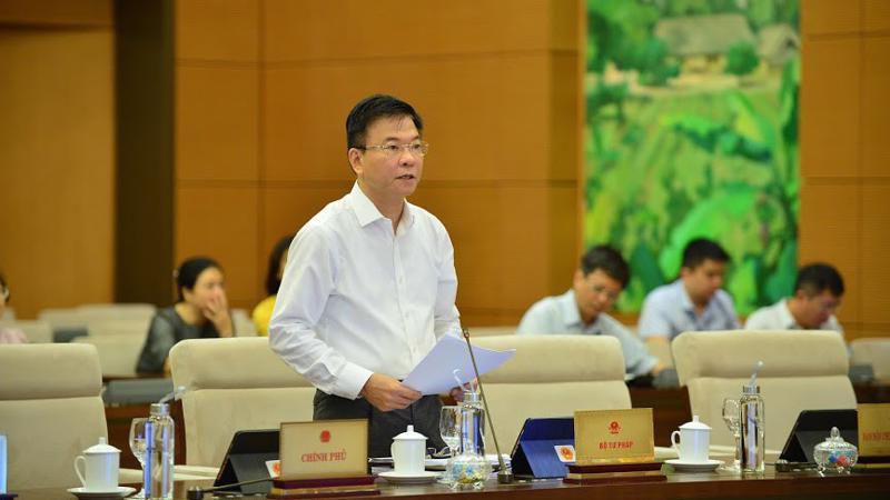 Bộ trưởng Bộ Tư pháp Lê Thành Long trình bày tờ trình dự án luật.