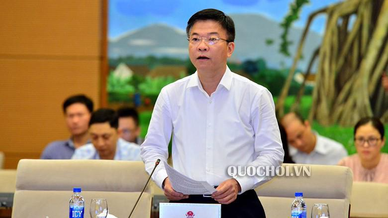 Bộ trưởng Bộ Tư pháp Lê Thành Long trình bày tờ trình của Chính phủ.