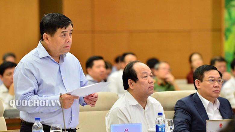 Bộ trưởng Bộ Kế hoạch và Đầu tư Nguyễn Chí Dũng trình bày báo cáo.