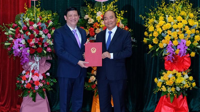 Thủ tướng Chính phủ Nguyễn Xuân Phúc trao quyết định bổ nhiệm Bộ trưởng Bộ Y tế cho GS.TS Nguyễn Thanh Long.