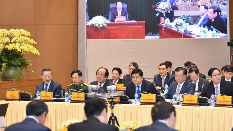 Các thành viên Chính phủ tham dự hội nghị trực tuyến với các địa phương.