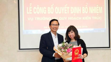 Thứ trưởng Bộ Xây dựng Nguyễn Đình Toàn trao quyết định bổ nhiệm cho cấp dưới.