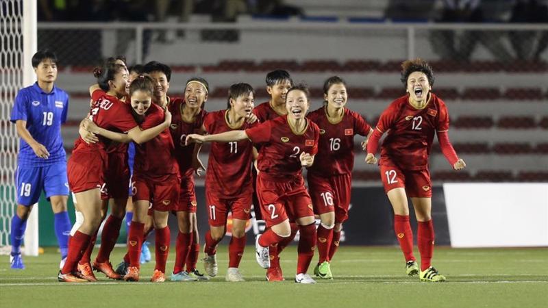 Đông đảo công chúng đều tự hào với chiến thắng vang dội mà thầy trò huấn luận viên Mai Đức Chung đạt được tại đấu trường khu vực.