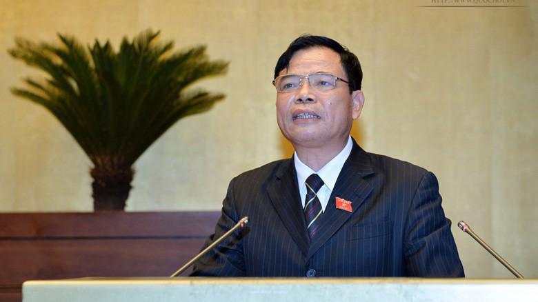 Bộ trưởng Bộ Nông nghiệp và phát triển nông thôn Nguyễn Xuân Cường thừa uỷ quyền Thủ tướng trình Quốc hội dự án Luật Chăn nuôi.