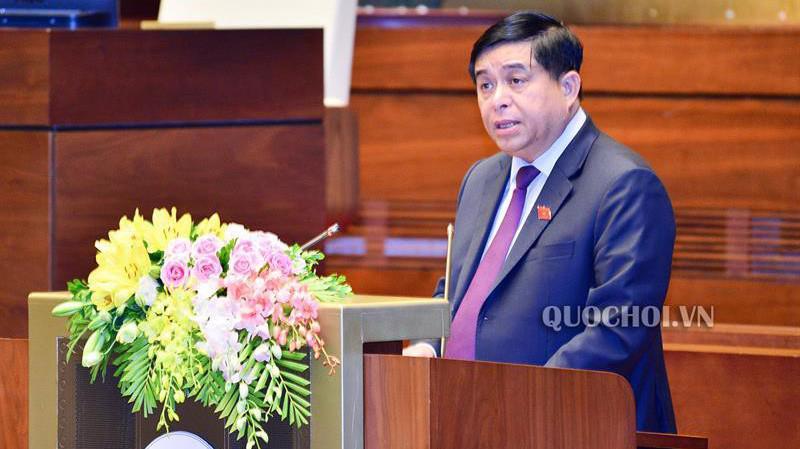 Bộ trưởng Bộ Kế hoạch và Đầu tư Nguyễn Chí Dũng, thừa ủy quyền của Thủ tướng Chính phủ trình bày Báo cáo đánh giá giữa kỳ thực hiện Nghị quyết số 24/2016/QH13 về kế hoạch cơ cấu lại nền kinh tế giai đoạn 2016-2020.