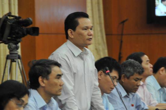 Đại biểu Bùi Sỹ Lợi chất vấn về quản lý lao động nước ngoài tại Việt Nam - Ảnh: M.Đ