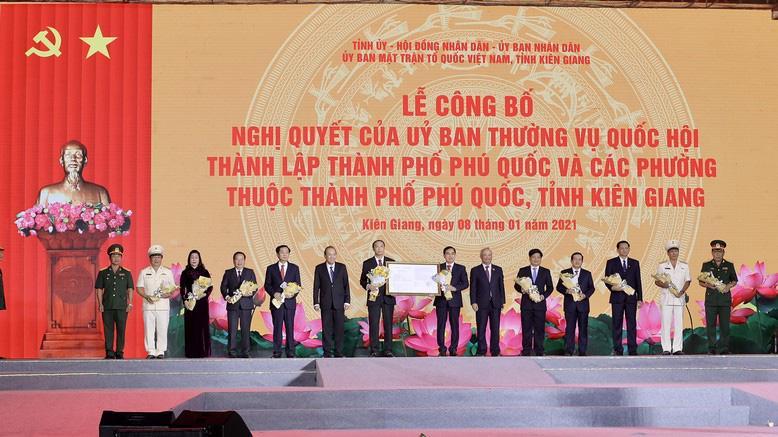 Phó Thủ tướng Thường trực Trương Hòa Bình đã trao Nghị quyết thành lập thành phố Phú Quốc cho lãnh đạo tỉnh Kiên Giang.