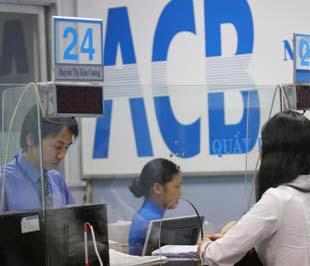 Tại một điểm giao dịch của ACB - Ảnh: Việt Tuấn.