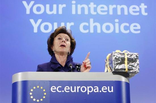 Cao Ủy EU Neelie Kroes phát biểu tại một buổi họp báo ở Brussels, Bỉ - Ảnh: Reuters.
