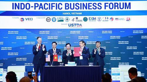 Phó thủ tướng Phạm Bình Minh chứng kiến lễ ký kết các thỏa thuận, biên bản ghi nhớ hợp tác tại diễn đàn sáng 28/10 - Ảnh: VGP.