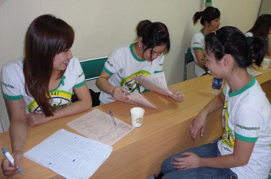 Sinh viên Khoa học ngành Quản lý tham gia tổ chức Ngày hội giọt hồng, một hoạt động của môn học Thực nghiệm.